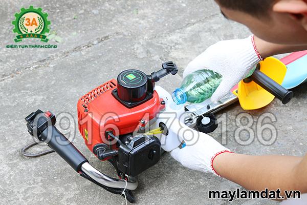 bước 1: Tiếp nhiên liệu cho Máy cắt tỉa cây cảnh 3A1Hp