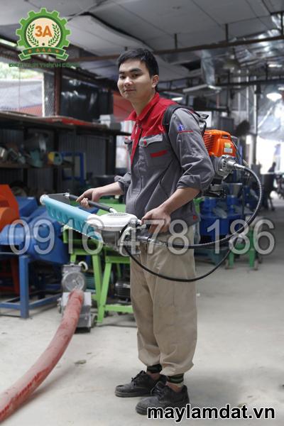 Kỹ thuật viên và Máy hái chè 3A></p> <p style=