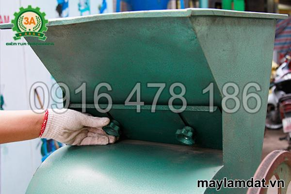 điều chỉnh lượng nguyên liệu cho máy tách vỏ lạc khô 3A3Kw