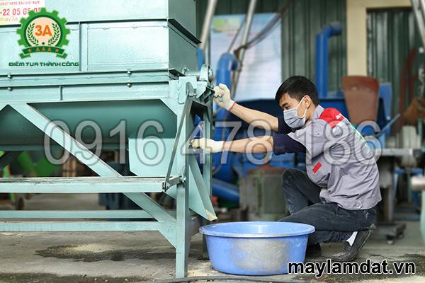 cửa ra sản phẩm của máy trộn đất trồng cây 3A5,5Kw