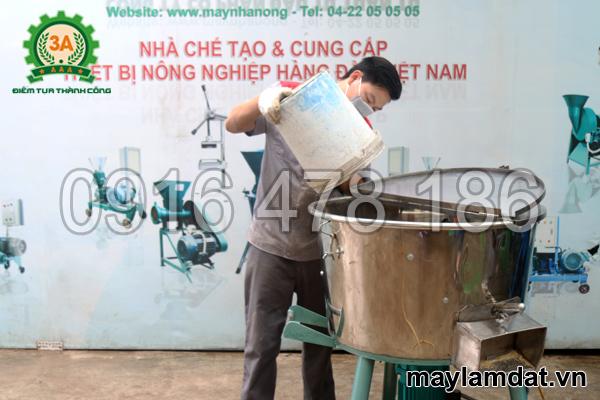 Kỹ thuật viên sử dụng máy trộn nguyên liệu trồng cây 3A3Kw 1 pha